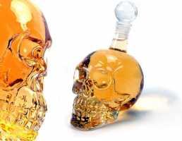 Стильная бутылка в форме черепа
